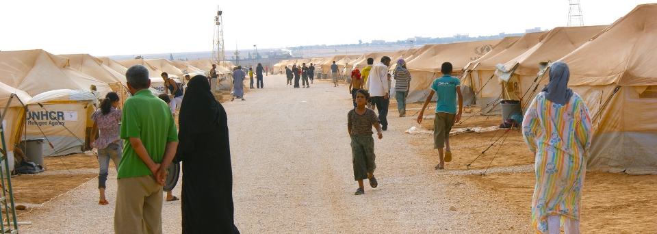 1-syrians_cross_border_into_jordan